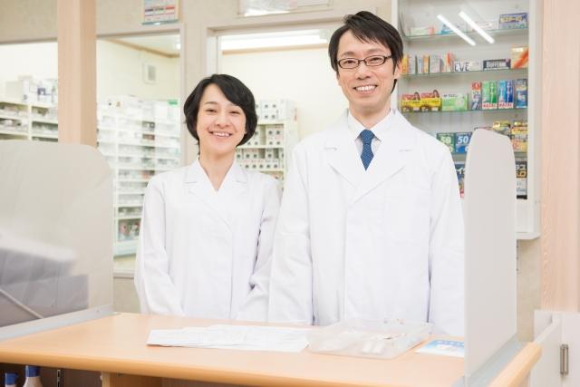 笑顔な男女の薬剤師の画像