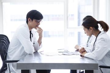 薬剤師が会議している画像